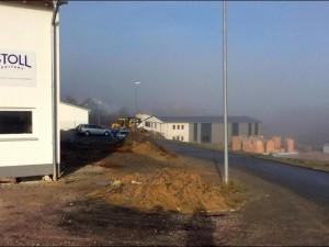 """Im Waldemser Gewerbegebiet """"Auf der Lind"""" rollen Bagger: Im Ortsteil Esch siedeln sich immer mehr Unternehmen an. Foto: Volker Stavenow"""